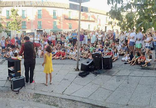 Actuación de magia en la calle.